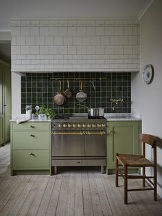 34 Vintage Kitchen Design and Decor Ideas that Stand the Test of Time - The Trending House Home Interior, Kitchen Interior, New Kitchen, Kitchen Dining, Kitchen Cabinets, Kitchen Ideas, Kitchen Trends, Kitchen Inspiration, Interior Design