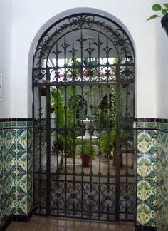 La grille d'un patio anonyme, Sevilla, Espagne