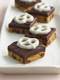 These chocolate-chip cookie bars, topped with fudge frosting and yogurt-covered pretzels would make a striking impression on any bake-sale or dessert spread. Line the baking pan with foil for extra-easy removal! Chocolate Chip Cookie Mix, Chocolate Chip Ice Cream, Decadent Chocolate, Chocolate Truffles, Chocolate Cheesecake, Chocolate Fudge, Delicious Desserts, Dessert Recipes, Cookie Recipes