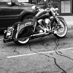"This week's theme : Black & White ===================== Tag #hdtabbandw for a chance to be featured. ===================== Follow & Tag ""HD Tourers and Baggers"" on Instagram Facebook Twitter & across the Web. ===================== #hdtourersandbaggers ===================== Credit to @128eeez ===================== #instamotogallery #motorcycles #harleydavidson #roadkingclassic #roadking #roadglide #streetglide #softail #showoffmyharley #harleysofinstagram #harleylife #bikelife…"