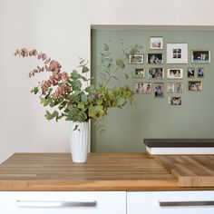 Grün Grün Grün In the parcel of the kitchen, eucalyptus green has already conquered the niche some t Brown Kitchens, Green Kitchen, Small Living, Home Accents, Kitchen Remodel, Family Room, Kitchen Design, Sweet Home, Interior Decorating