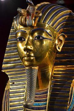 Máscara mortuária de Tutânkamon, banhada em ouro. Foto: mountainpix / Shutterstock.com