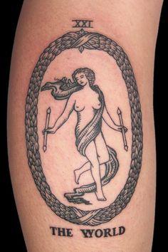 La carta del Mundo, además de ser tan bella, es un indicador muy positivo que simboliza el logro.   19 Asombrosos tatuajes del tarot con sus significados