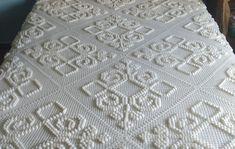Colcha em Crochê Cor Branca no Elo7   Fáh Artes e Mimos (988CF3) Crochet Case, Filet Crochet, Crochet Stitches, Crochet Bedspread Pattern, Crochet Patterns, Hama Beads Pokemon, Crochet Clothes, Handicraft, Pattern Design