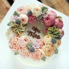 아내 생일선물  . . #buttercreamcake #buttercreamflowercake #flowercupcake #koreanstylecake #ollicake #olliclass #olligram #blossom #bouquet #wreath #weddingcake #partycake #carrotcake #버터크림플라워케이크 #플라워케익 #꽃케익 #올리케이크 #올리클래스 #당근케이크 #올리특제당근시트 #케익스타그램 #꽃스타그램 #인덕원 #동편마을 #동편마을케이크 #since2008  www.ollicake.com ollicake@naver.com