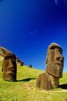 La Isla de Pascua, Chile. Estas islas de la costa occidental de Chile en el Océano Pacífico tiene monumentos misteriosos y nadie sabe de donde vinieron. Todos deben visitarlos!