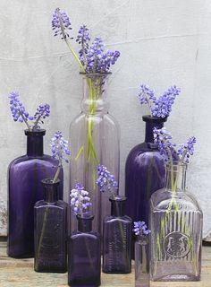 Живые цветы оживят, смягчат и сделают романтичным интерьер любой комнаты в вашем доме. При выборе цветов женщины обычно предпочитают остановиться на таких как лизиантус, розы, пионы, тюльпаны, ромашки или георгины. Именно они и являются самыми модными для домашних интерьеров в этом сезоне. Цветочные композиции зависят не столько от выбора цветов, сколько от выбора вазы, банки, бутылки, в которых они будут стоять