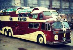 Raridade Impressionante: Um Ônibus GM com Três Pisos! Um Verdadeiro Clássico do Estilo Americano! Você precisa conhecer este inusitado ônibus, baseado num GMC e num Aerocoach, que tem características únicas no mundo! Confira!