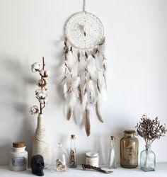 Sortilège De l'Equinoxe . attrape-rêves plumes et véritable crâne de corbeau  blanc et naturel .