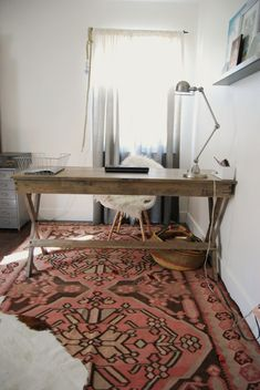 Gorgeous bohemian home office / workspace. Love the vintage / rustic desk, the white walls and carpet.%categories%Home Interior Desing, Interior Inspiration, Rug Inspiration, Workspace Inspiration, Office Workspace, Office Decor, Office Rug, Office Ideas, Office Inspo