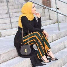 I love how unique the style of these pants are and the colors are beautiful! Modern Hijab Fashion, Muslim Women Fashion, Street Hijab Fashion, Islamic Fashion, Abaya Fashion, Fashion Outfits, Outfit Zusammenstellen, Casual Hijab Outfit, Stylish Hijab