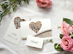 Decentný svadobný set s motívom srdca ❤💞 Toto jemné a zároveň romantické svadobné oznámenie s vylaserovaným srdcom tvorí kombinácia hnedého a krémového papiera.  😊 Detaily sú natlačené medenou horúcou ražbou, takže sa na svetle krásne lesknú. V tomto štýle máme pre vás celý set. 😊  #svadba  #svadobneoznamenia Place Cards, Place Card Holders, Paper, Card Wedding, Heart