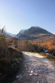 Ben Nevis is met 1343 meter de hoogste berg van Groot Brittannië. Hier in de buurt hebben we ook de beroemde vallei Glen Coe bezocht, waar het massagraf is van de clan McDonalds. (1987)