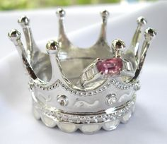 Box or Crown Trinket Dish! These crown jewelry and trinket boxes make great pageant gifts, crown party favors, crown bridesmaid gifts Jewelry Dish, Jewelry Gifts, Jewelry Box, Jewelry Accessories, Jewelry Holder, Ring Holders, Gems Jewelry, Jewlery, Estilo Fashion