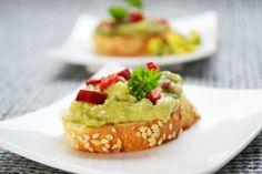 Ein simples Vorspeisenrezept mit reschem Weißbrot, frischem Paprika und cremigen #Avocados ist das #Rezept Avocado-Paprika #Bruschetta.