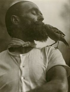 what a beard. I wonder if the bird hatched in there. Martin Munkacsi - The Lark Lover, Martin Munkacsi, Vintage Photography, White Photography, Monochrome Photography, Food Photography, Fashion Photography, Moustaches, Portraits Victoriens, Ballet Russe