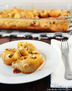 Mexican Stuffed Shells - These delicious Mexican Stuffed Shells are a great family friendly meal. They are easy to make and they taste amazing! Its a great combo of pasta and mexican food and seriously delicious! Beef Recipes, Mexican Food Recipes, Cooking Recipes, Family Recipes, Drink Recipes, Pasta Recipes, Ethnic Recipes, Mexican Stuffed Shells, Great Recipes