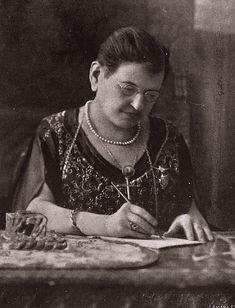 Dolores Rodríguez de Astudillo Ponce de León, o Lola Rodríguez de Tió (1843-1924), poetisa, periodista y revolucionaria puertorriqueña. Una de las figuras máximas del ámbito literario de Puerto Rico y con gran influencia en la política de esta isla. Su máxima inspiración fue la libertad de su patria. De San German, PR
