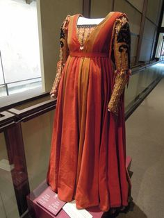 I love the red velvet giornea and embroidered, pearled sleeves: Romeo and Juliet Film costume