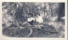 NOVIAS relajarse detrás de bicicleta en foto Pose por NiepceGallery 1940s