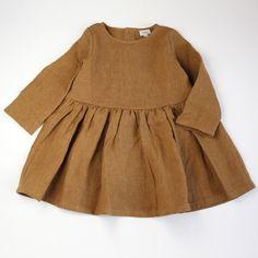 Noisette, robe froncée en lin lavé