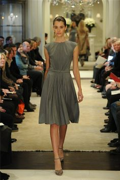 La feminidad de Ralph Lauren, en 10 looks  Vestido de silueta 'lady' con cintura marcada en gris.