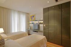 Dormitório de hospedes com painel e armário da @ornaremoveis. Peças de decoração da #lsselection .