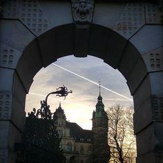 Heute in Bückeburg lag ein wenig Magie in der Luft. Erinnert ein wenig an Hogwarts. #magie #bückeburg #sonnenuntergang Big Ben, Hogwarts, Building, Instagram Posts, Travel, Sunset, Viajes, Buildings, Destinations