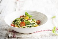Spaghetti courgetti, recept van smaakmaker Sandra - www. Light Recipes, Clean Recipes, Healthy Recipes, Good Food, Yummy Food, Fresco, Go For It, Vegan Pasta, Healthy Appetizers