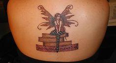 Sentada de hadas del tatuaje de espalda superior