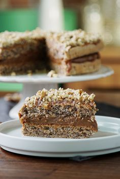 Dulce de Leche and Walnut Sponge Cake - Spongey cake + rich creamy dulce de leche + crunchy walnuts = flavor texture paradise. Food Cakes, Cupcake Cakes, Cupcakes, Just Desserts, Dessert Recipes, Easter Recipes, Walnut Cake, Walnut Torte Recipe, Sponge Cake Recipes