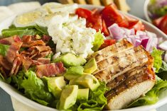 A Cobb salad is the best way to use up leftovers. If you love the Cobb salad taste and you want to lighten it up, try this recipe. It's quick and easy when you've got leftover chicken and turkey bacon. Healthy Salads, Healthy Eating, Healthy Recipes, Healthy Fats, Avocado Recipes, Salad Recipes, Bacon Avocado, Ensalada Cobb, Cobb Salad