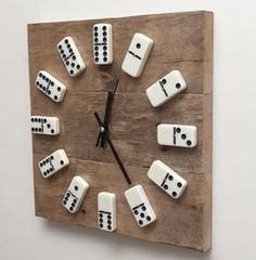 Create your own wall clock from old Europallets Bret .- Kreiere dir deine eigene Wanduhr aus alten Europaletten Brettern und Dominostein… Create your own wall clock from old Euro pallet boards and dominoes. Ingenious gift idea for special occasions! Mur Diy, Diy Clock, Clock Ideas, Diy Wall Clocks, Make A Clock, Clock Wall, Beige Living Rooms, Palette Diy, Wall Clock Design