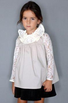 Blusa en popelín beige adornada con encaje floral en cuello y mangas mismo tono