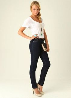 Egyszerű öltözékMindenki szereti a mintákat, vidám részleteket és kiegészítőket, de nem mindenkinek áll jól. Ha alacsony vagy, válassz egy egyszínű alsót és derékig érő felsőt, esetleg egy egyszínű ruhát.   Egy egyszerű hosszú lánc (hosszítja a felső testet) és diszkrét fülvebaló tökéletes kiegészítők lehetnek.