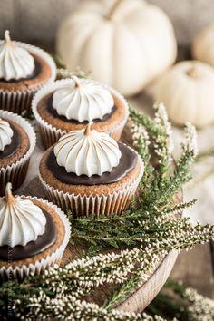 Kürbis-Ingwer-Cupcakes mit Schokoladenguss & geschmorter Haube.