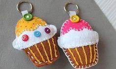 Alegre o seu presenteado com um chaveiro de feltro cupcake. Esta simpática pecinha faz o maior suces