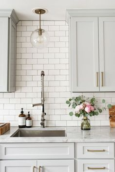 46 Cool Kitchen Design Ideas - There are quite a variety of designs to select for your dining room look. Kitchen design has a portfolio of various attractive dining looks that may b. home decor kitchen 46 Cool Kitchen Design Ideas Home Decor Kitchen, Kitchen And Bath, New Kitchen, Awesome Kitchen, White Kitchen Decor, White Kitchen Interior, Rustic Kitchen, Gray And White Kitchen, Decorating Kitchen
