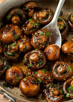 This Garlic Butter Mushrooms Recipe is a quick and easy side dish thats ready in just 15 minutes or less! Creamy Garlic Chicken, Garlic Chicken Recipes, Spinach Recipes, Salmon Recipes, Cooking With White Wine, Cooking Wine, Side Dishes Easy, Side Dish Recipes, Vegetable Dishes