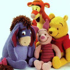 INSTANT PDF downloaden voor Pooh en vrienden  Een fantastische patroon voor alle fans van Winnie de Poeh - Pooh Bear, Knorretje, Teigetje en Iejoor all-in-een geweldig patroon boekje!  Gehaakte klassieke knuffels. Grote giften! Afgewerkt speelgoed zijn ongeveer 18 ins hoog Wollen gewicht of dubbele breien garens en een 3,75 mm haaknaald nodig  Geweldig voor verhaal vertellen!   Deze vintage jaren 1970 VS gehaakt patroon is digitaal verbeterd en geconverteerd naar een PDF-bestand dat kan…