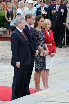 Royal tour 2011: Wreath laying ceremony at the National War Memorial by Canadian Army   Armée canadienne, via Flickr