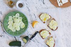 Ideas ricas para cocinar con frutas. Tosta de pepino con queso feta. © No Solo Kitchen.