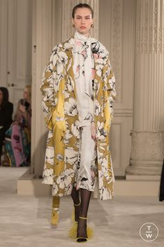 Fashion Week Paris Spring/Summer 2018 look 13 from the Valentino collection couture Style Couture, Couture Fashion, Runway Fashion, Fashion Week, Trendy Fashion, Fashion Show, Womens Fashion, Valentino Garavani, Fashion Magazin