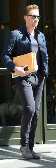 Tom Hiddleston steps out in New York City on June 17, 2016. Full size image: http://ww2.sinaimg.cn/large/6e14d388gw1f4ywyvocc7j22bc3l61kx.jpg Source: Torrilla, Weibo
