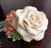 【サイズ】 横:8cm × 縦:6cm 薔薇:6.5cm 〔直径〕 【素 材】 正絹、着物生地、ガラスパール 2wayコサージュピン etc... * * * * * * * 【コメント】 淡いクリーム色の薔薇に、 コーラルオレンジ系の小花を添えた、2wayのクリップピンです。 2種類のパールが胸元で優...