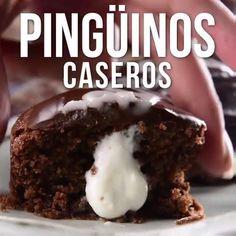 Si eres fan de los pingüinos, con esta receta podrás preparar los tuyos en casa de una manera sencilla y divertida. Que mejor manera de disfrutar de los pingüinos que preparándolos con tus propias manos. Mexican Food Recipes, Sweet Recipes, Cookie Recipes, Mexican Sweet Breads, Tasty Videos, Food Videos, Delicious Desserts, Yummy Food, Cupcakes