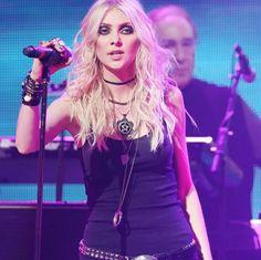 Rock Look, Taylor Momsem, Hard Rock, Rock Bands, Rock And Roll, Dreadlocks, Punk, Wonder Woman, Singer