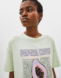 T-shirt com estampado - T-shirts - Bershka Portugal Climbing Girl, Climbing Clothes, Cool T Shirts, Tee Shirts, Graphic Tees, Graphic Sweatshirt, T Shirts For Women, Clothes For Women, Aesthetic Clothes