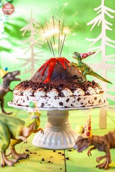 Cool dinosaur birthday cake with erupting volcano!!! Dinosaur birthday party theme. Dinosaurier-Kindergeburtstag-Lava-Torte