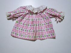 Schoene-aeltere-Puppenkleidung-huebsches-buntes-Kleid
